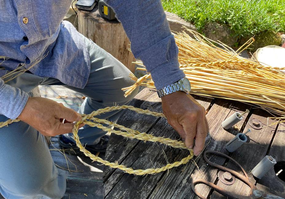 縄ないができたら、いよいよ藁ぞうりを編んでいきます。