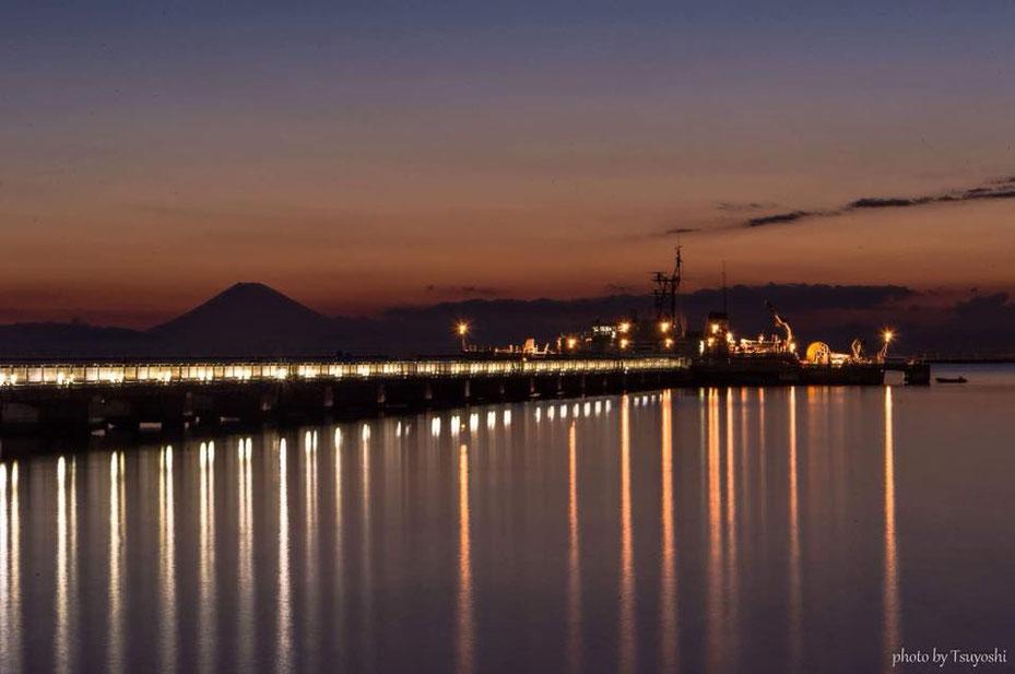 夕焼けと桟橋のライトがとんでもないことになってる1枚です/館山夕日桟橋/photoByTsuyoshiArai