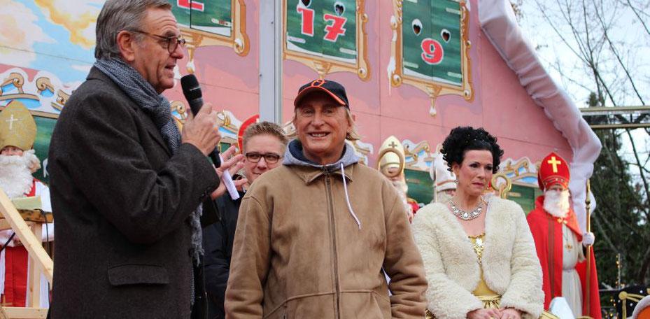 Otto Waalkes und Nikoläuse bei der Eröffnung der Wintersaison des Vergnügungsparks