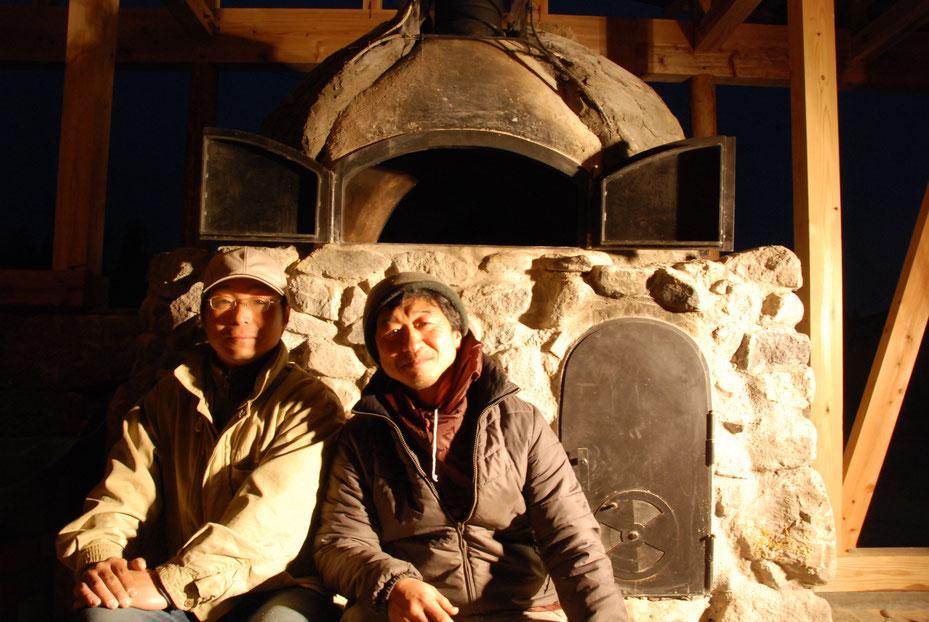 建築中の石窯の前で撮影2012年