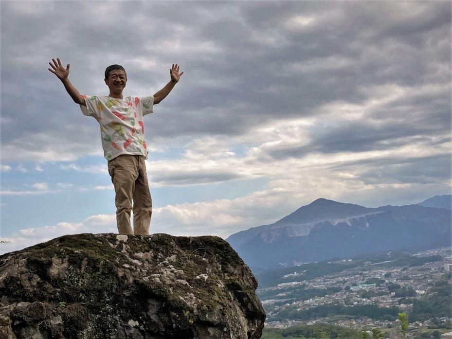 まほら稲穂山の岩山から秩父盆地を見下ろす。向こうは武甲山