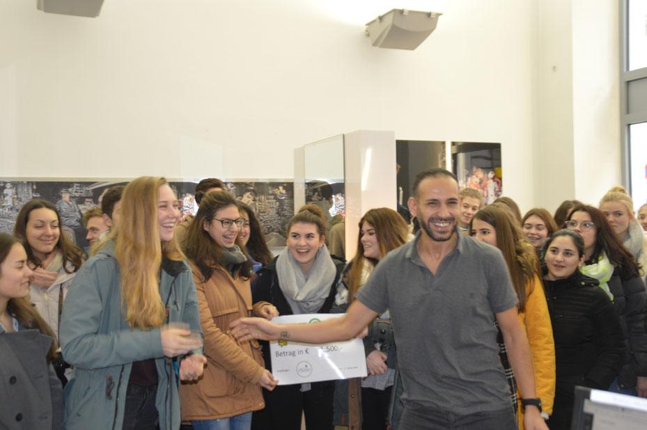 """SchülerInnen der 3ek mit Yochai Mevorach,  Vereinsobmann """" Haarfee"""""""