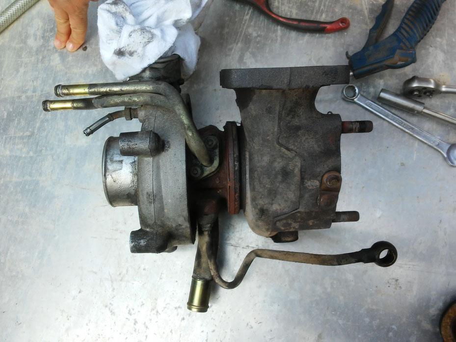 Draussen! Uff, das waren ein paar Schrauben und ein paar Tropfen Schweiß! Jetzt liegt der Turbo auf der Werkbank zum zerlegen...