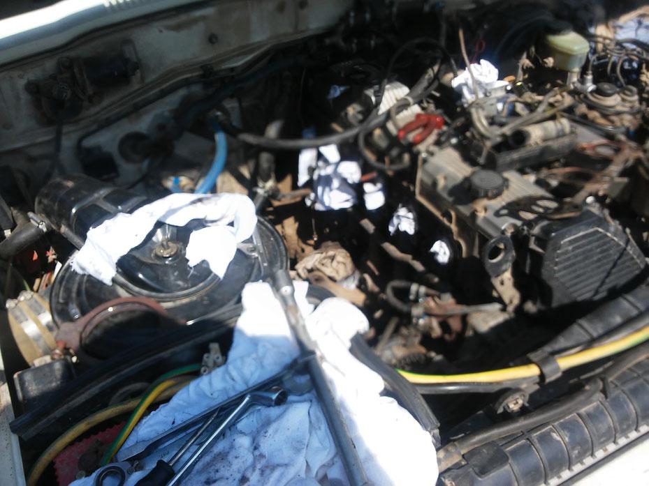 Fast alles auf der rechten Motorseite muss raus, Krümmer, Öl-Wasseranschlüsse, Ansaugleitungen, Auspuff und eben der Turbo