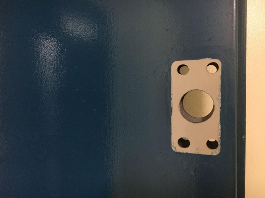 面付本締錠の切り欠き穴のアップ