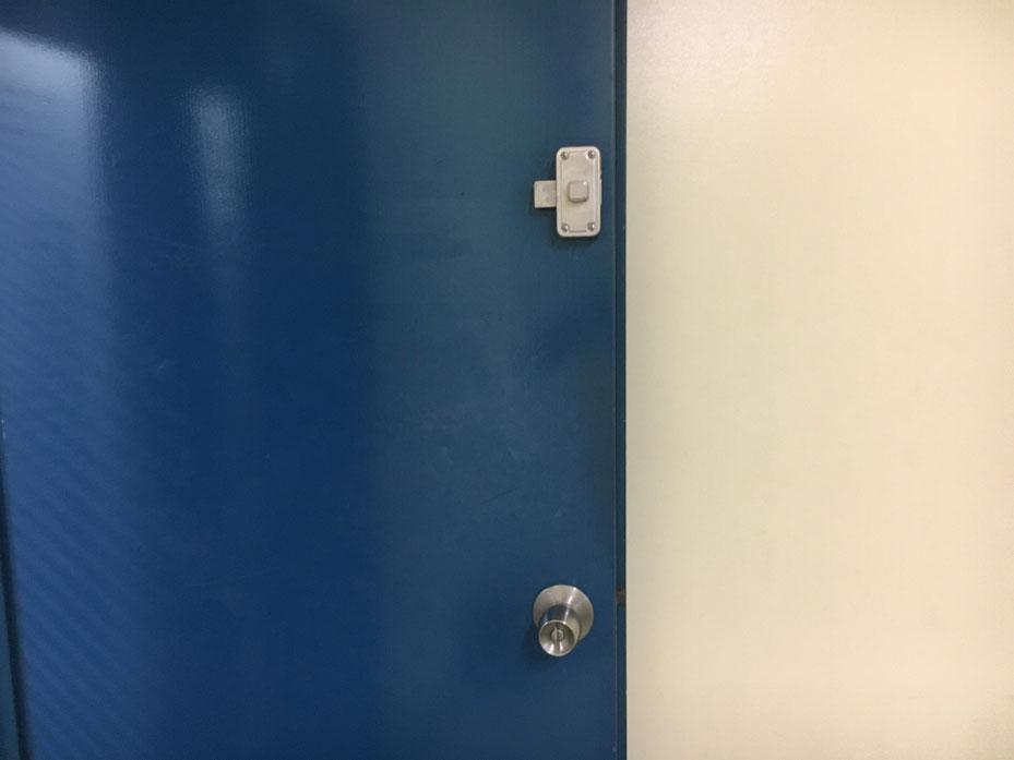 鍵式の面付本締錠の内側の写真