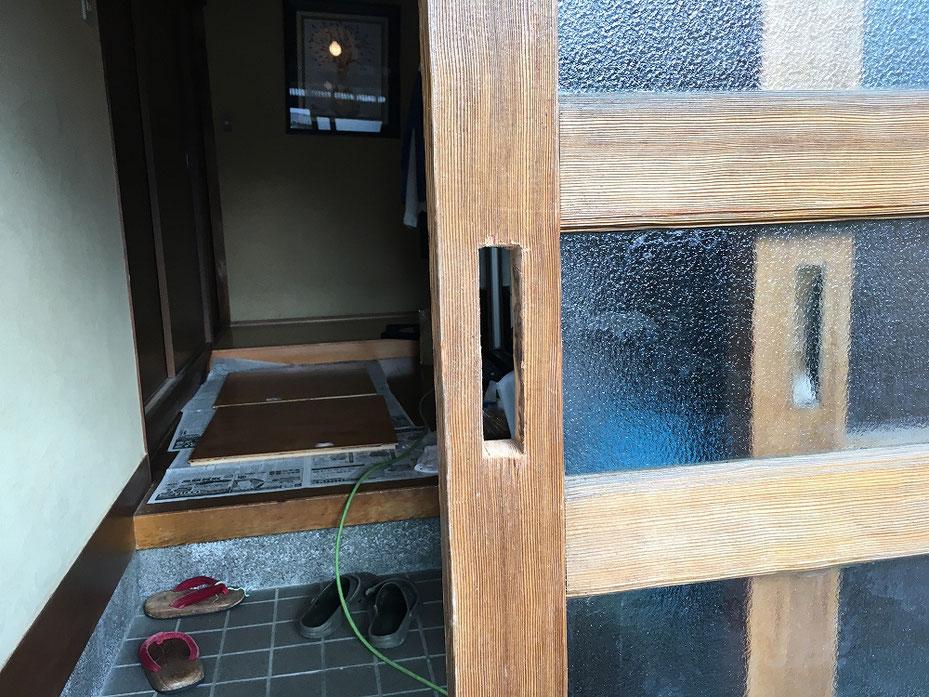 作業中の引違戸。錠前を入れる切り欠き穴。