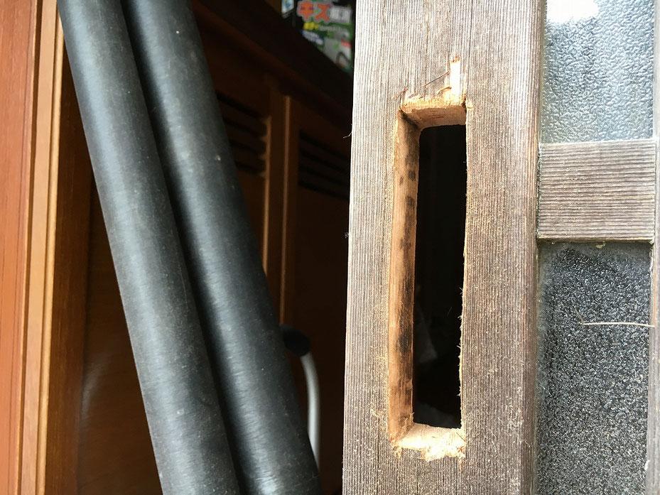 切り欠穴を開けた施工中の写真。