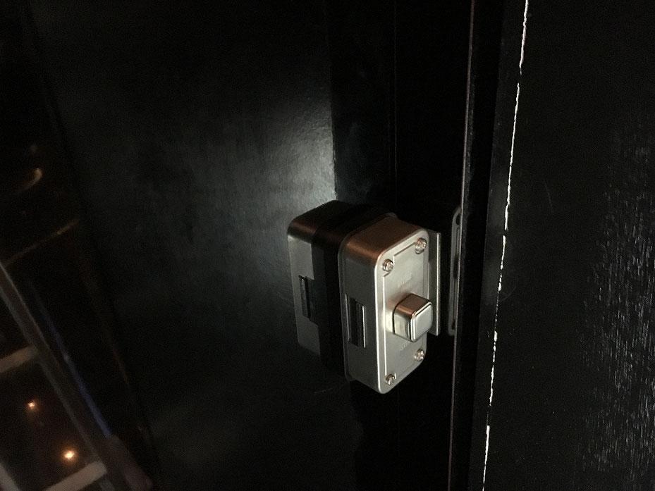 室内側から面付本締錠を写したところ