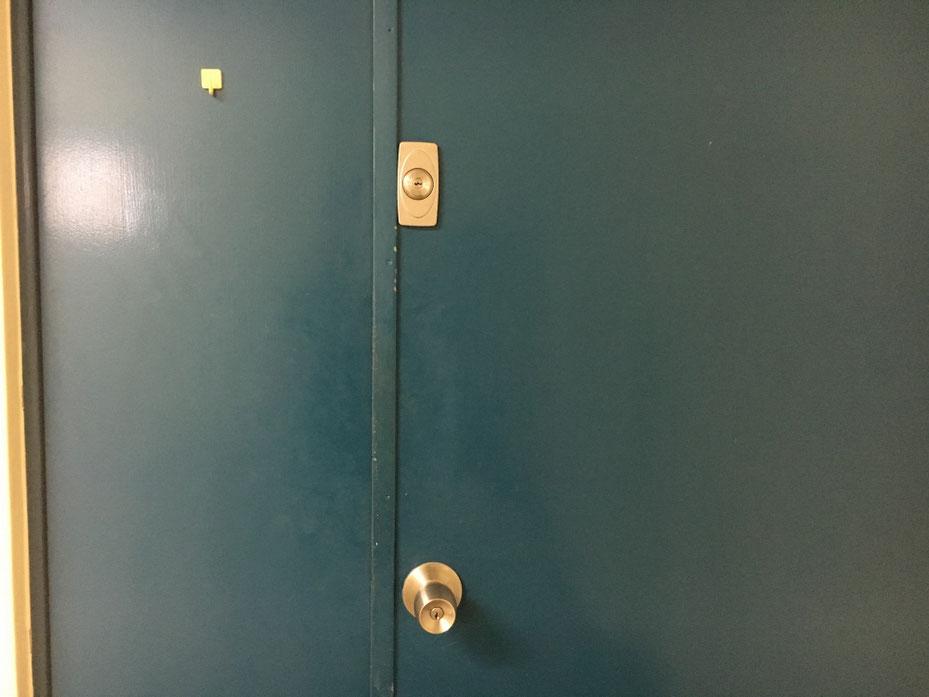 鍵式の面付本締錠の外側の写真