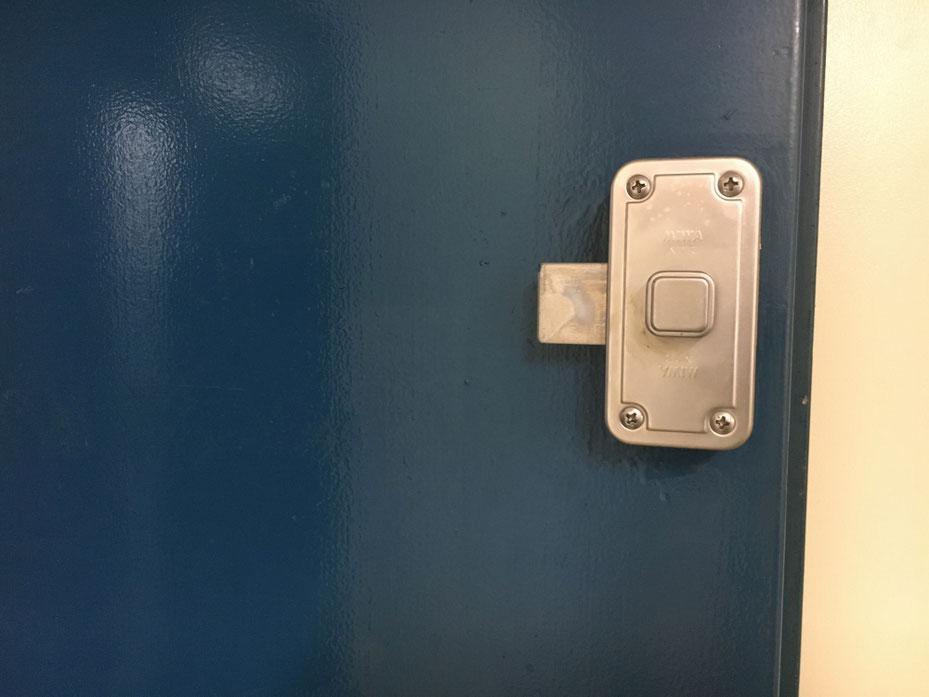 鍵式の面付本締錠の内側のアップ写真