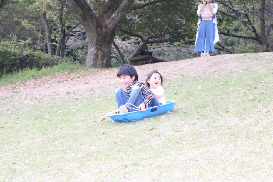 草スキーをする子どもたち 佐賀 ほっこり本の会 ホームページ