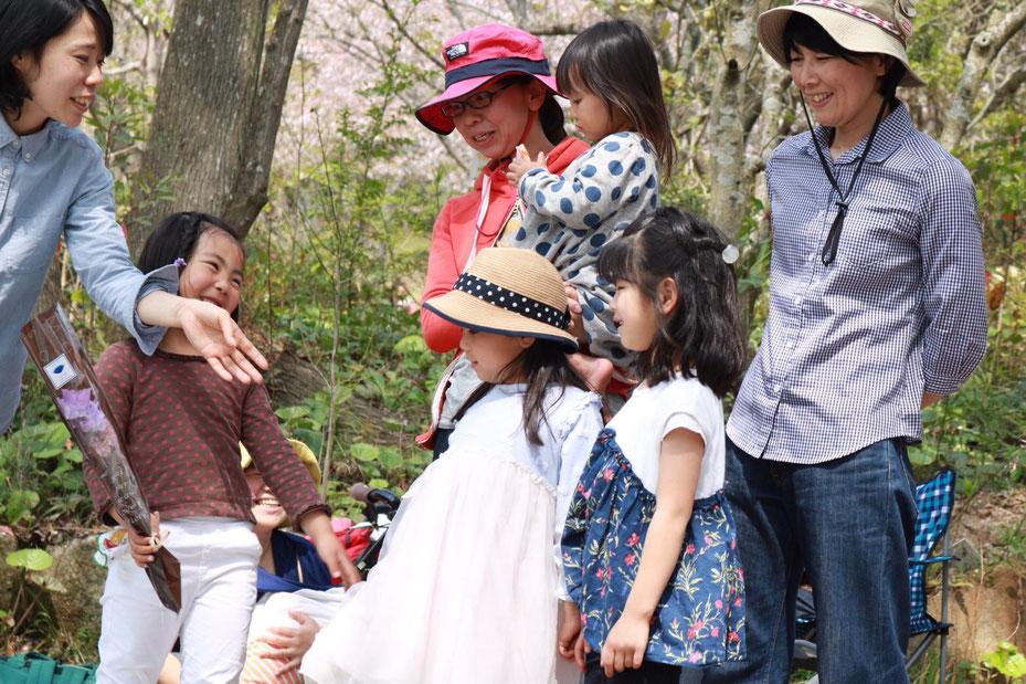 桜の下で 花束贈呈 卒園記念 佐賀 ほっこり本の会 ホームページ