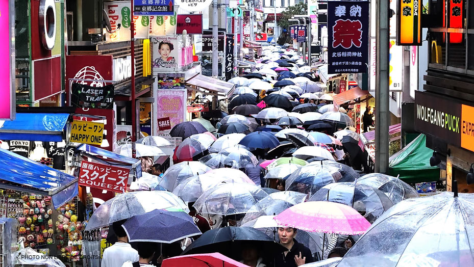 Foule de parapluies dans Takeshita-Dori, Harajuku, Tokyo, photo non libre de droits