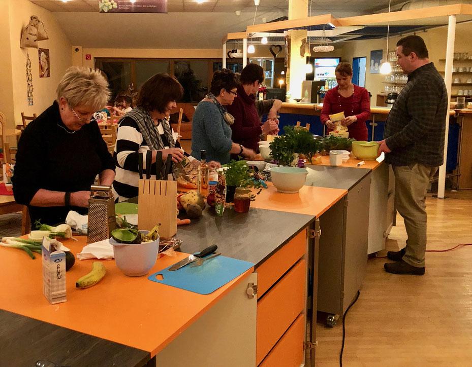 In der Kochschule Vital(iss) macht kochen richtig Spass. Vor allem passt es in jeden Ernährungsplan. Probieren sie uns aus.