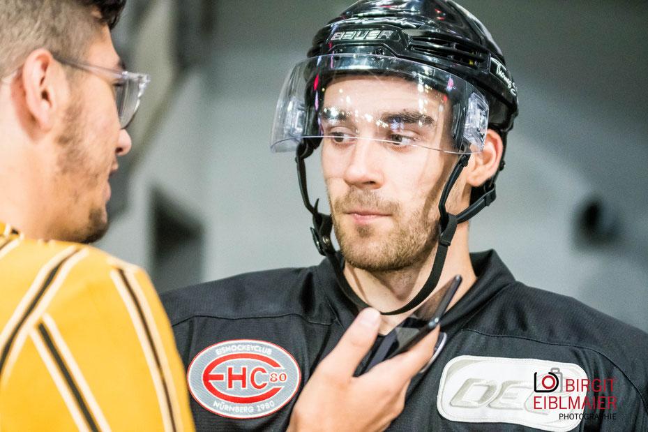 Der Nürnberger Rundfunk-Journalist Oliver Winkler interviewt IceTigers-Neuzugang Tim Bender von den Schwenninger Wild Wings.