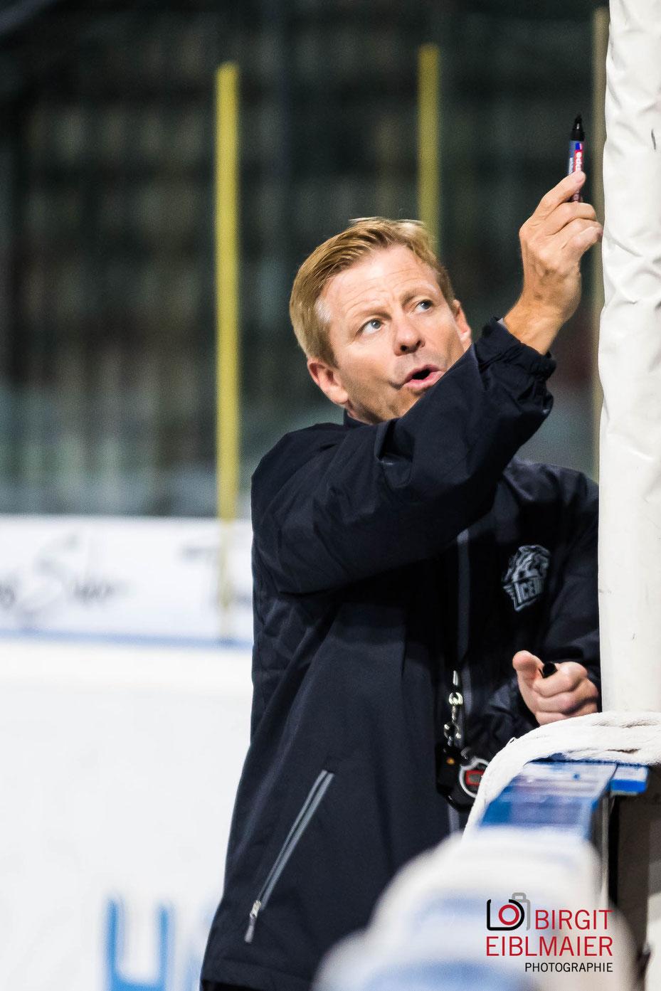 Neuer Trainer der THOMAS SABO Ice Tigers zeichnet Statistik beim Public Practice auf und erklärt die Taktik