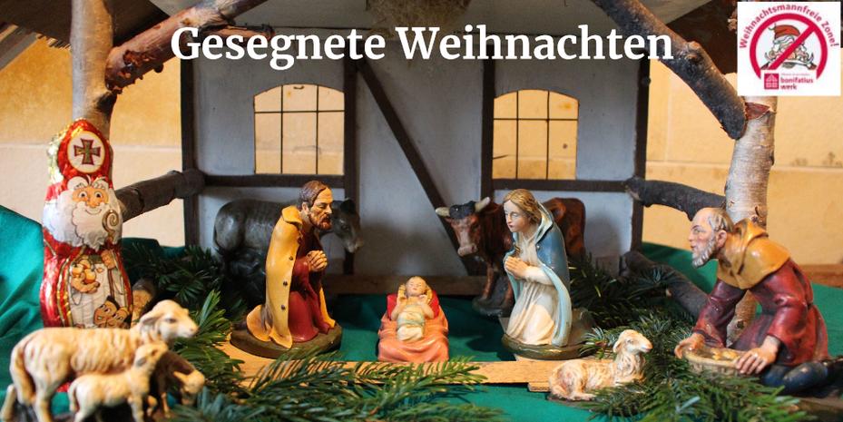 Der Stall von Bethlehem. In der Mitte das Jesuskind, links daneben Josef, rechts, Maria. Im Hintergrund Ochs und Esel und am linken Bildrand der Nikolaus.