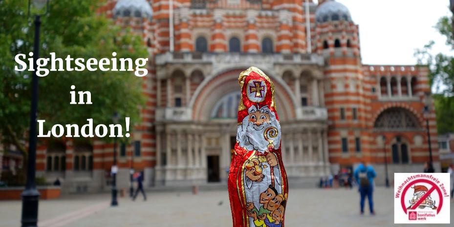 Der Schokonikolaus steht auf einem Platz vor der Westminster Abbey in London.