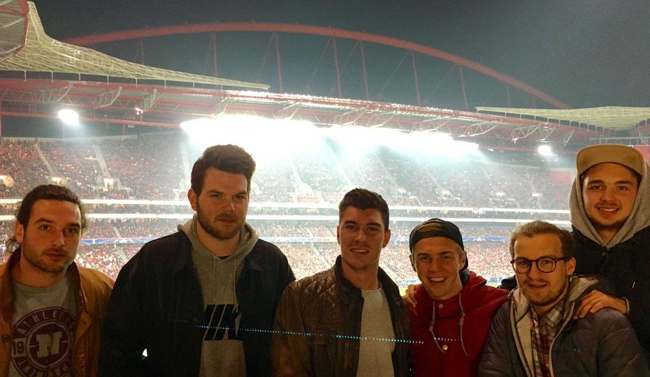 """Tackling-Reporter Josef (3. von rechts) mit seinen Freunden im """"Estadio da Luz""""."""