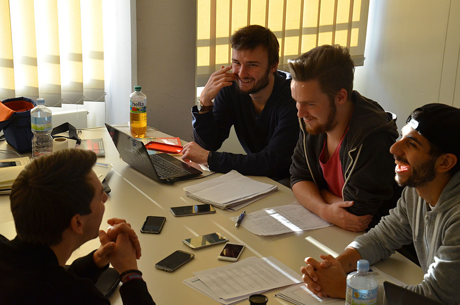 Spaß bei der Arbeit! Die Tackling-Redaktion beim Telefon-Interview mit Kult-Kommentator Fritz von Thurn und Taxis.