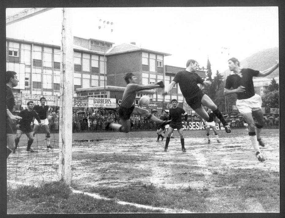 1968-69 Borgosesia-Derthona 0-0 Bruno Nordio di testa