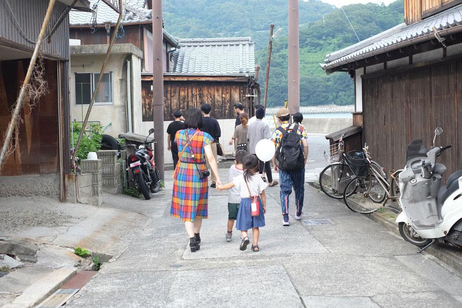 瀬戸内海、大崎下島御手洗町並み保存地区を散策中。いごいごの下井田麻美(おいもだし)ちゃんと沖元泰山(nzaita)くんの後ろ姿。