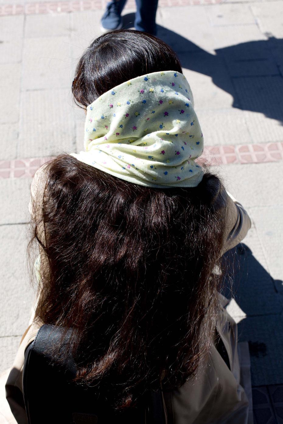 Hijab (jedoch so lose gebunden, dass seine eigentliche Funktion - die Haare vollständig zu verstecken - nicht mehr erfüllt wird), Täbriz, Iran