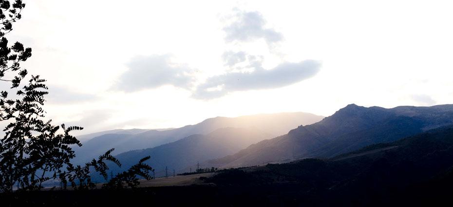 Abendsonne über Alaverdi, Armenien