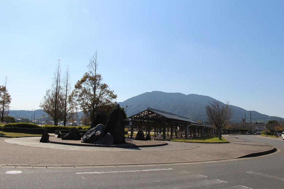志摩中央公園プロムナードと可也山の写真。