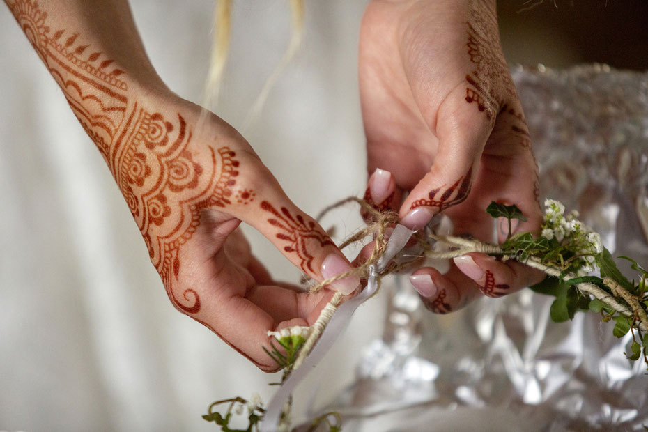 Boho alternative wedding Devon Cornwall. Bridal mehndi for Cornish bride by henna artist Rebecca Freeman, South West UK