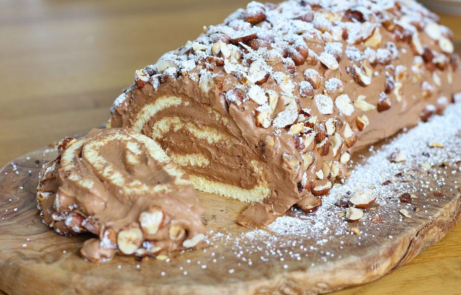 Biskuitrolle mit Nougat-Füllung und Haselnüssen, Nougat Biskuitrolle