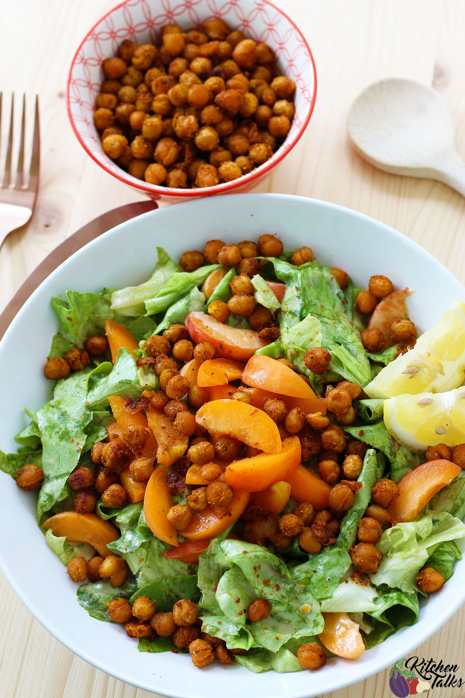 Sommersalat , Salat mit Kichererbsen , Kichererbsensalat , gesundes Abendessen , gesundes mittagessen , abnehmen , kalorienarm , gesund abnehmen , Kopfsalat , Kichererbsen , Aprikosen , Salat rezepte , rezepte , schnelles rezept