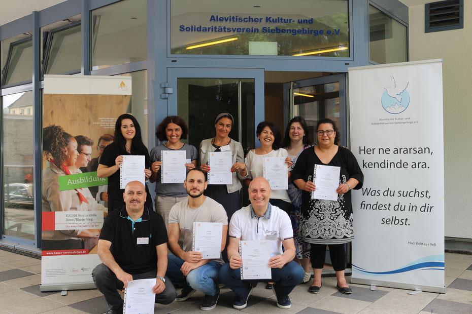 Teilnehmerinnen und Teilnhemer mit ihrem Zertifikat