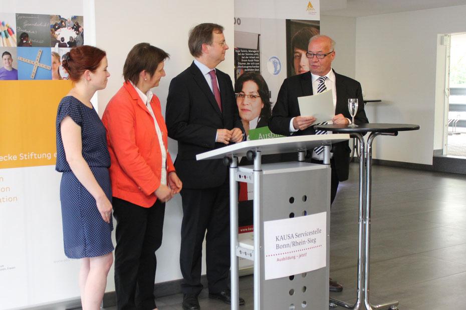 Geschäftsführender Vorsitzender der OBS, Dr. Theodor Lemper, erhält von Thomas Rachel den Förderbescheid.