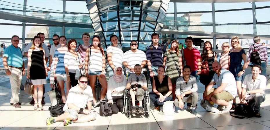 Eine Gruppe von Seminarteilnehmerinnen und -teilnehmer eines OBS-Projektes in der Reichstagskuppel.
