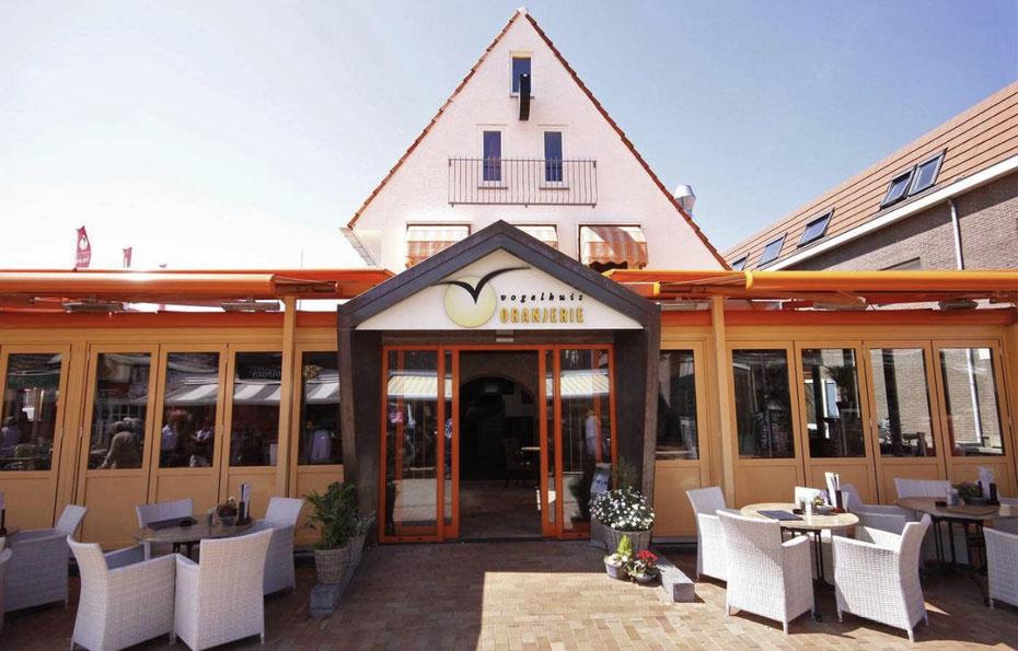 """<img src=""""image.jpg"""" alt=""""Ingang met terras van restaurant orangerie 't Vogelhuis, De Koog, Texel."""">"""