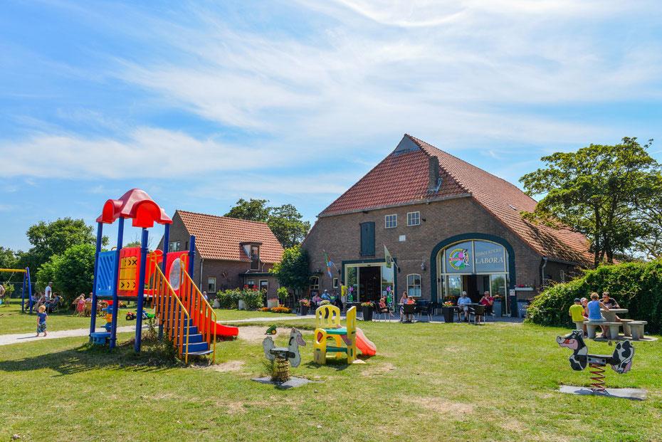 """<img src=""""image.jpg"""" alt=""""Ijsboerderij """"Labora"""" met speeltuin in De Cocksdorp op Texel waar men heerlijk ambachtelijk schepijs maakt"""">"""