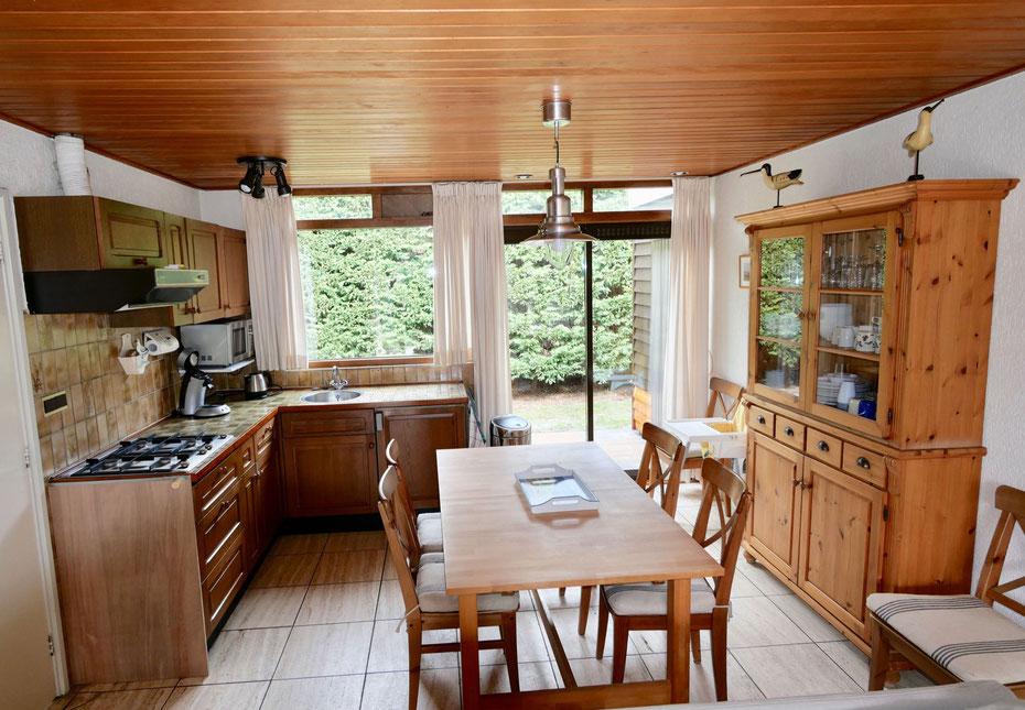 """<img src=""""image.jpg"""" alt=""""Open keuken met eetkamer stel en servieskast van Vakantiebungalow, Recreatiebungalow, Urlaub Haus  258, """"Groenoord"""" op bungalowpark De Parel, Texel."""">"""