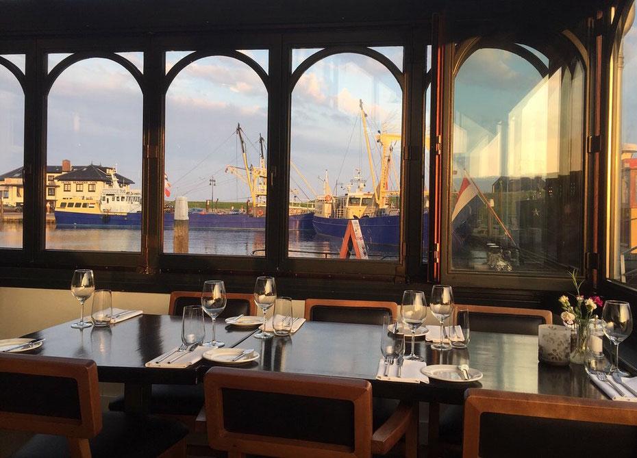 """<img src=""""image.jpg"""" alt=""""Prachtig uitzicht over de haven vanuit visrestaurant 't Pakhuus te Oudeschild op Texel."""">"""