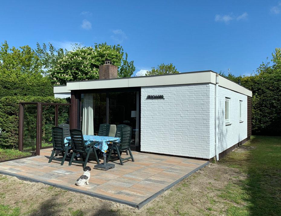 """<img src=""""image.jpg"""" alt=""""Vakantiehuis, vakantiebungalow, Ferienhaus Texel terras met hond."""">"""