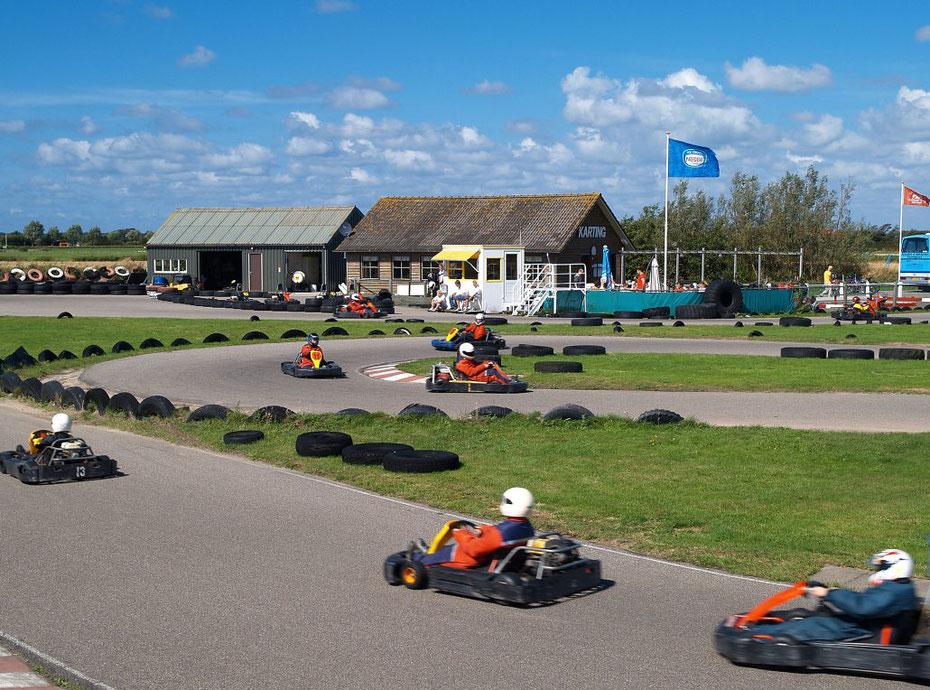 """<img src="""" image.jpg"""" alt= """"Circuitpark van """"Karting Texel"""" bij Den Burg op Texel met 7 rijdende karts"""">"""