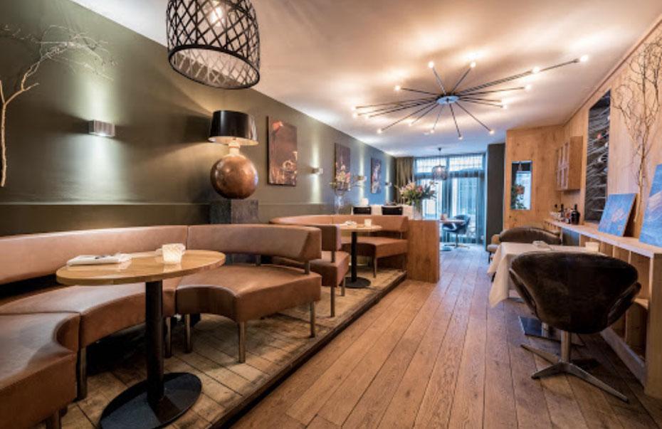 """<img src=""""image.jpg"""" alt=""""Interieur van restaurant Kook-Atelier , Den Burg, Texel."""">"""