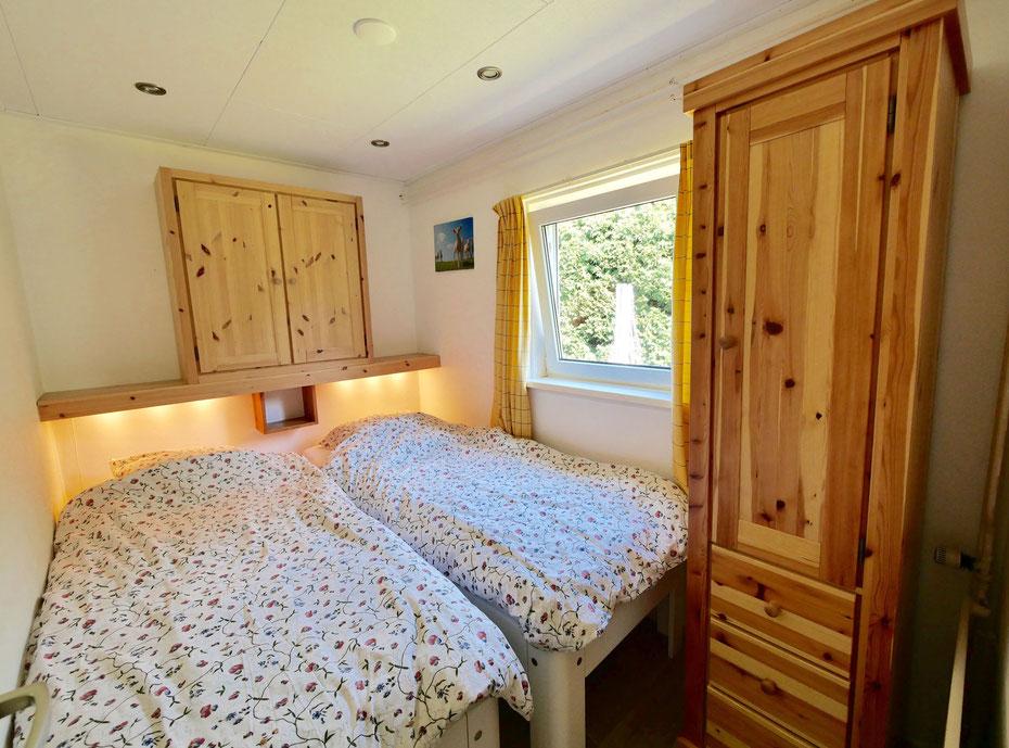 """<img src=""""image.jpg"""" alt=""""Slaapkamer met twee eenpersoons Auping bedden en garderobekast van vakantiehuis 258, """"Groenoord"""" op bungalowpark De Parel, Texel."""">"""