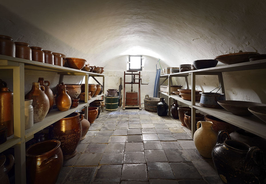 "<img src=""image.jpg"" alt=""Voorraadkelder onder de Oudheidkamer in Den Burg op Texel"">"