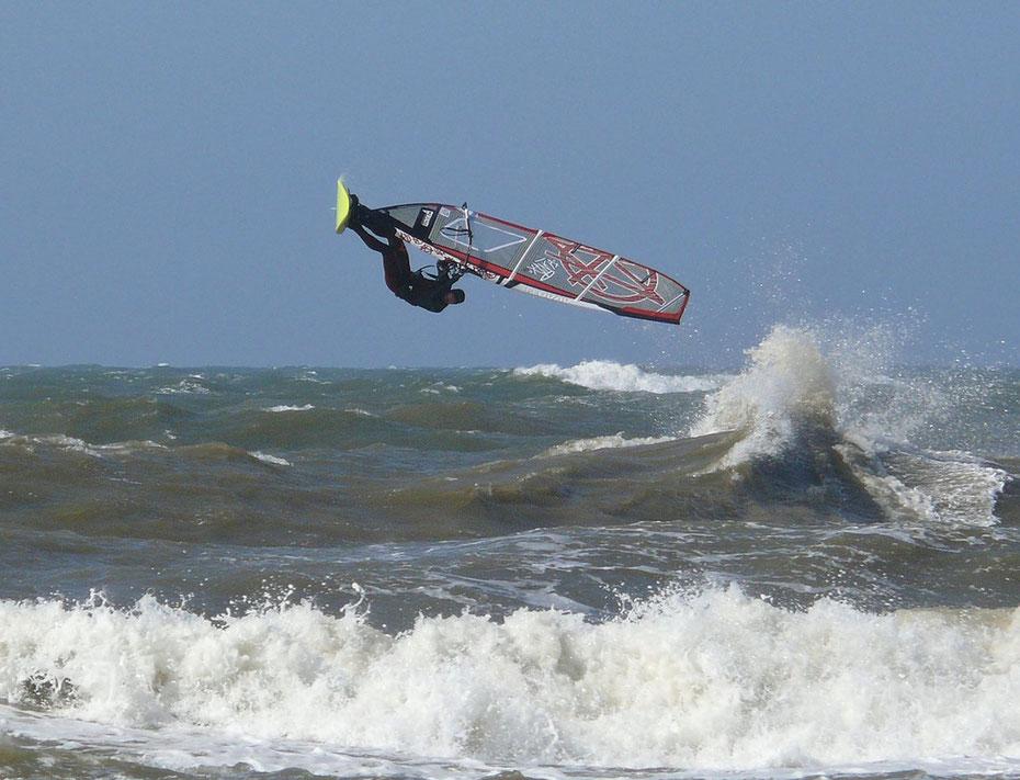 """<img src=""""image.jpg"""" alt=""""Spectaculaire sprong van een windsurfer boven de golven bij Texel"""">"""