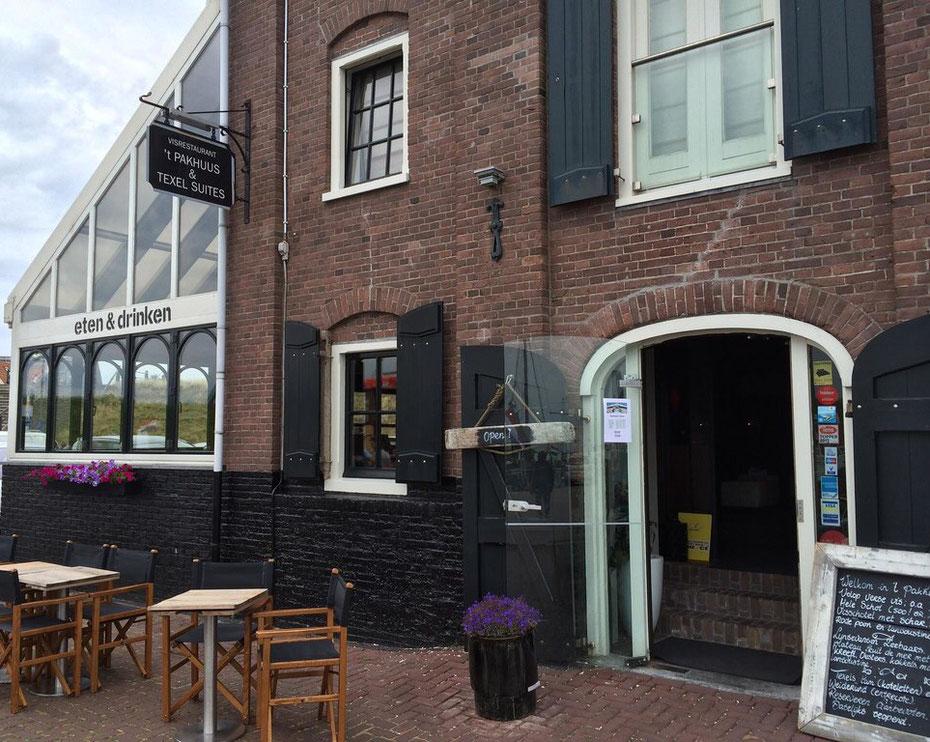 """<img src=""""image.jpg"""" alt=""""De ingang van visrestaurant 't Pakhuus te Oudeschild op Texel."""">"""