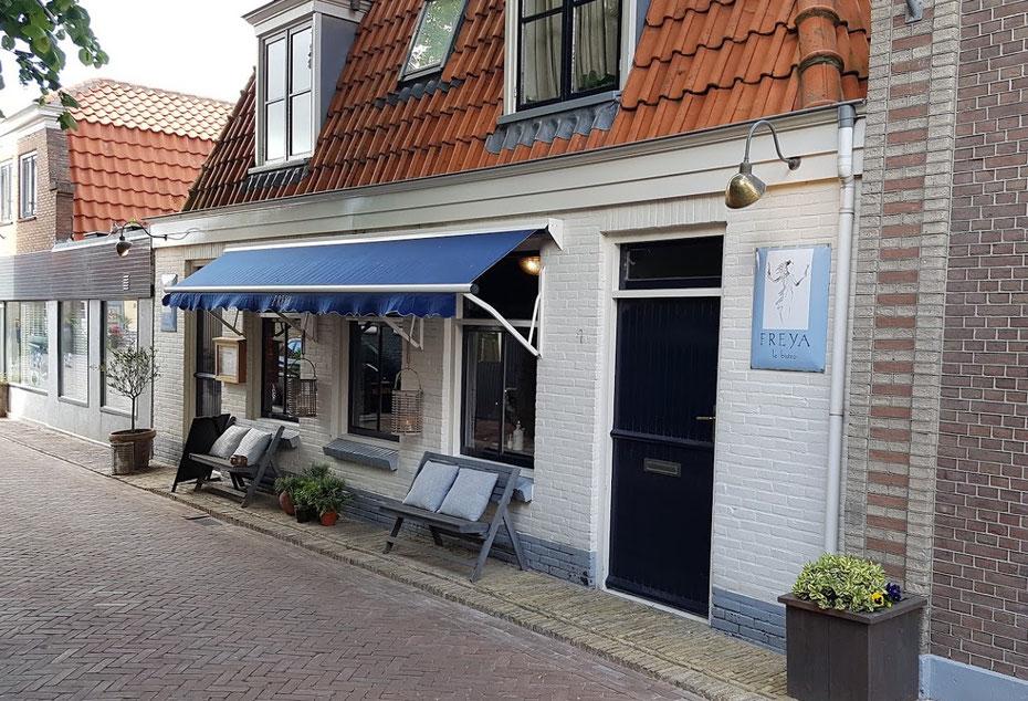 "<img src=""image.jpg"" alt="" Ingang van restaurant ""Freya De Texelse Bodega"" in Den Burg op Texel"">"