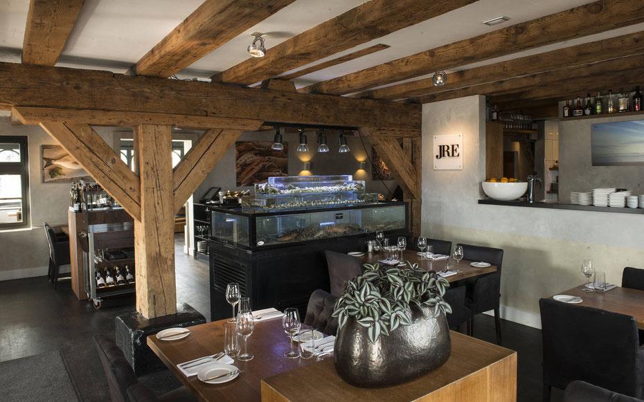 """<img src=""""image.jpg"""" alt=""""Interieur van visrestaurant 't Pakhuus te Oudeschild op Texel."""">"""