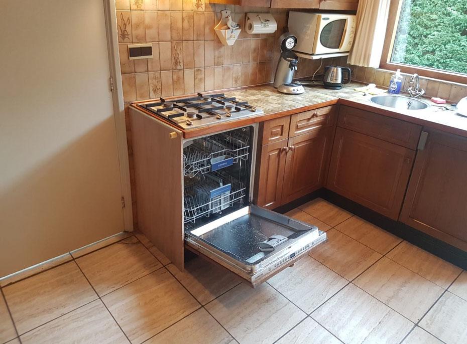 """<img src=""""image.jpg"""" alt=""""Keukenblok met 4 pits gasstel, vaatwasser en koelkast van Vakantiebungalow, Urlaub Haus 258, """"Groenoord"""" op bungalowpark De Parel, Texel."""">"""